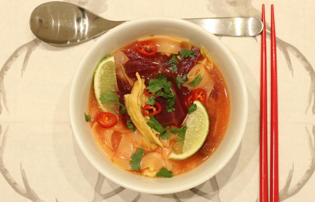Kyllingsuppe med rødbeter og risnudler
