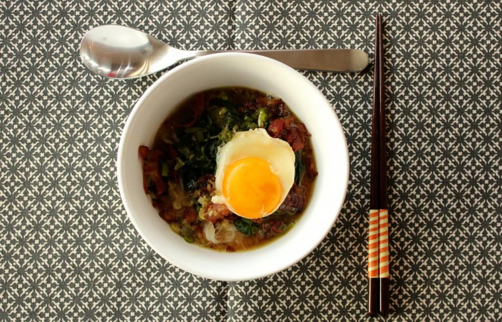 Egg og baconsuppe med nudler og spinat