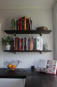 Ny bokhylle på kjøkkenet for utvalgte bøker