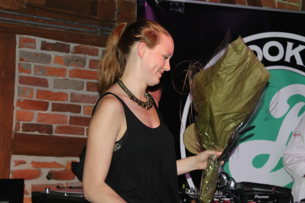 Dellie mottar blomster for seieren og turen. Gratulerer!