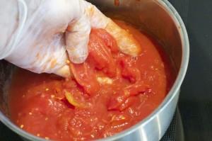 Riv tomatene med hendene