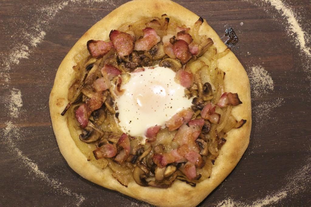 Løkpizza med egg og bacon