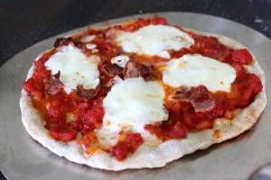 Stek pizzaen nesten ferdig før du legger på grønnkålen