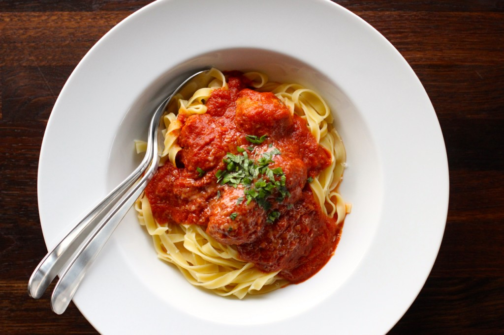 Klikk på bildet for oppskrift på pasta med tomatsaus og hjemmelagde kjøttboller